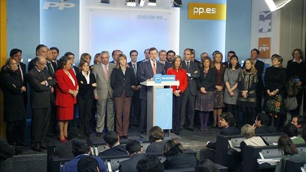 El líder del PP, Mariano Rajoy (c), durante la rueda de prensa que ofreció hoy tras la reunión del Comité Ejecutivo Nacional de su partido. EFE