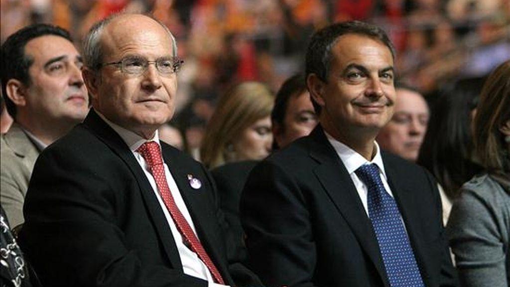 El presidente del Gobierno José Luis Rodríguez Zapatero (d), acompañado de su homólogo de la Generalitat y candidato a la reelección por los socialistas catalanes ( PSC ), José Montilla (i), en el inicio del mitin central de campaña celebrado esta noche en el Palau Sant Jordi de Barcelona. EFE