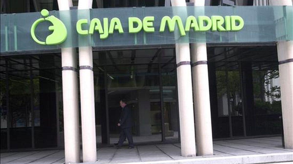 Logotipo de Caja Madrid en la fachada de la sede, situado en el Paseo de la Castellana de Madrid. EFE/Archivo