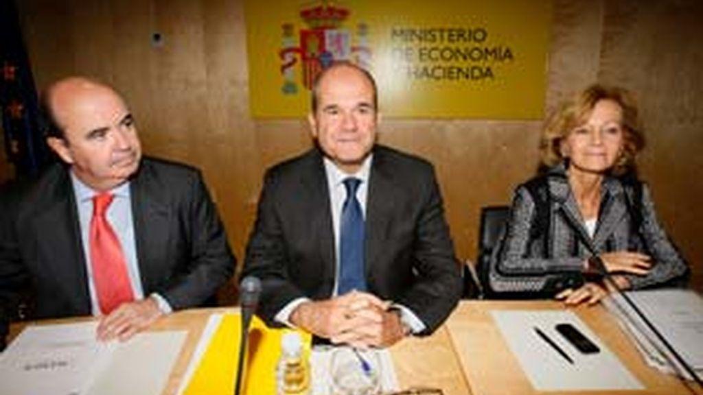 Manuel Chaves, junto a Elena Salgado, y al secretario de Estado de Cooperación Territorial, Gaspar Zarrías. Foto: EFE.