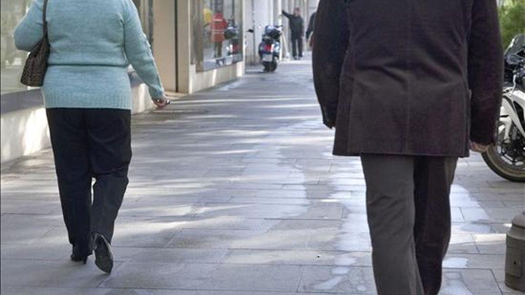 Uno de los agentes destinados a proteger a mujeres, camina detrás de una agredida por su pareja. EFE/Archivo