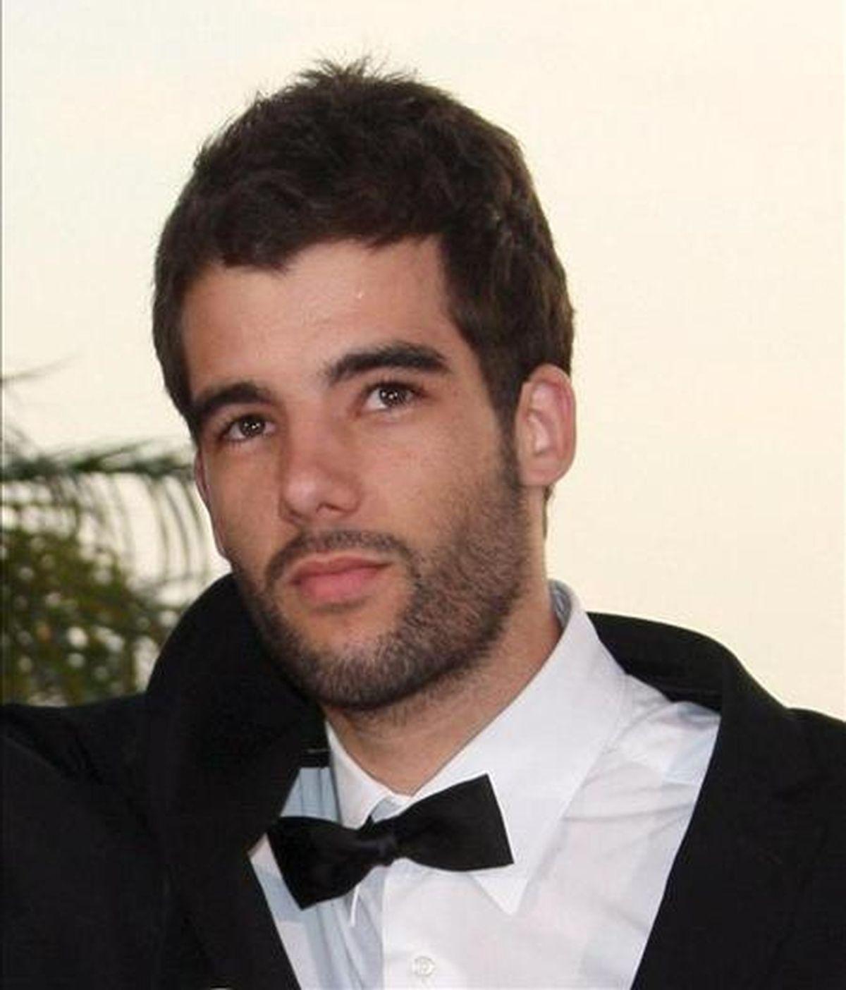 """El director portugues Joao Salaviza (d) quien ganó una Palma de Oro con su corto """"Arena"""" durante la gala de entrega de los premios de la Palma de Oro del Festival de Cine de Cannes (Francia), el pasado 24 de mayo. EFE/Archivo"""