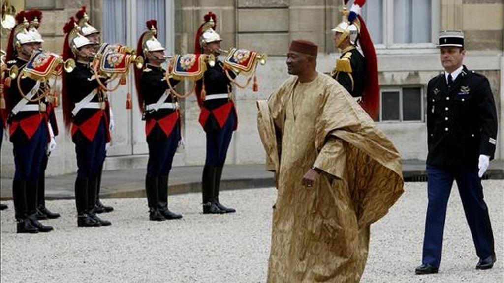 Imagen de archivo del presidente de Mali, Amadou Toumani Touré, en la Palacio del Elíseo durante la visita que el pasado mes de mayo a París, Francia. EFE/Archivo
