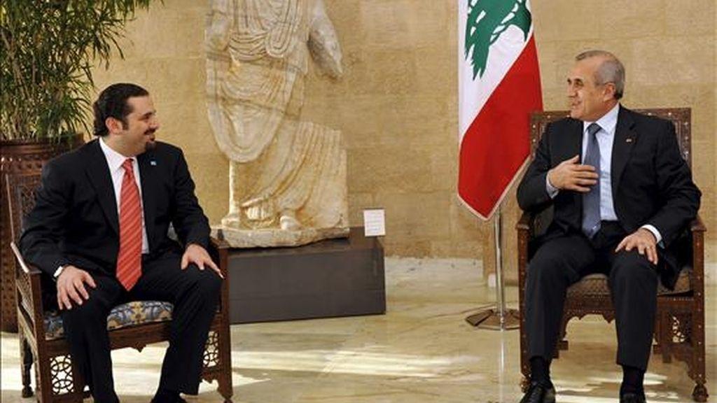 El presidente del Líbano, Michel Suleiman (dcha.), hoy en Beirut junto al líder de la mayoría parlamentaria, Saad Hariri. EFE
