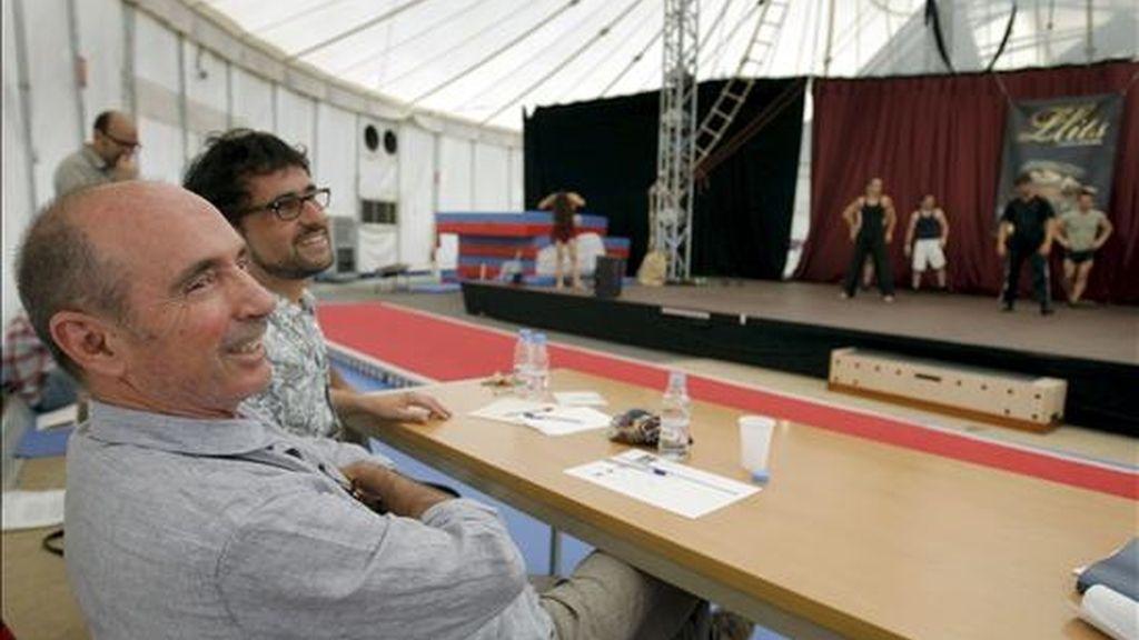 """Lluís Llach (i) y Lluís Danés asistieron hoy en Barcelona al """"casting"""" de """"Llits"""" (camas) un espectáculo multidisciplinar fruto de la colaboración de los dos artistas, con música original de Llach y movimiento de Mar Gómez, que se estrenará en el Teatro Nacional de Cataluña a final de año. EFE"""