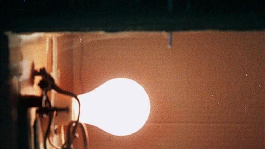 El Ministerio de Industria propone no subir en enero los peajes de acceso eléctricos, la única parte del recibo de la luz que fija el Gobierno y que ya congeló en octubre, según la propuesta de Orden remitida a la Comisión Nacional de la Energía (CNE) a la que tuvo hoy acceso Efe. EFE/Archivo