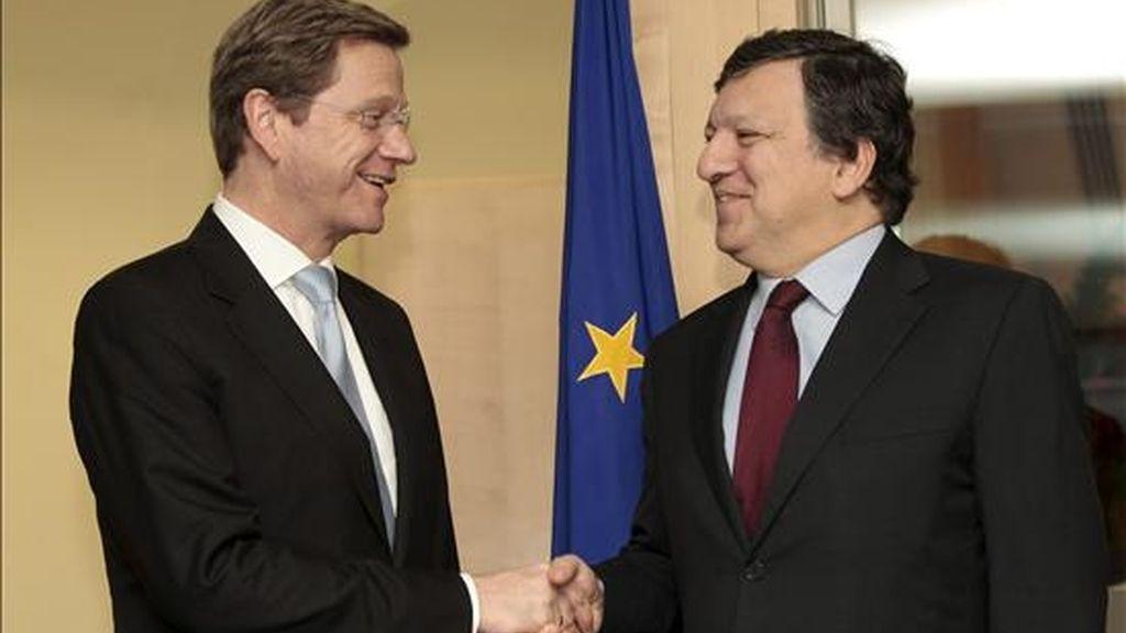 El presidente de la Comisión Europea, José Manuel Durao Barroso (d), da la bienvenida al ministro alemán de Exteriores, Guido Westerwelle (i) antes de la reunión de ministros de Exteriores de la UE en Bruselas, Bélgica, hoy martes 14 de diciembre de 2010. EFE