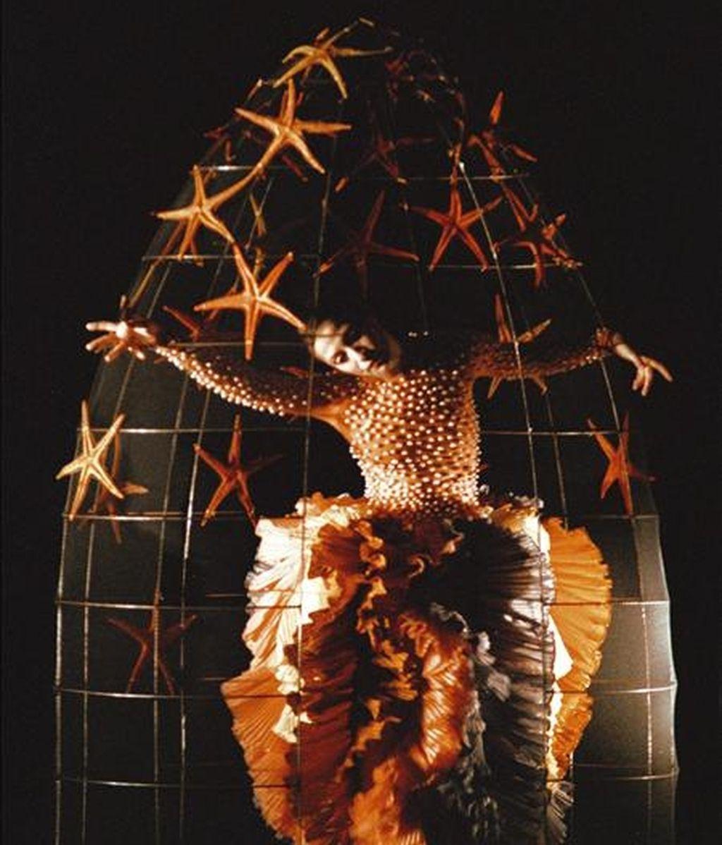 """Foto facilitada por la compañía de danza de Cesc Gelabert y Lydia Azzopardi que celebra sus treinta años sobre los escenarios con la reposición hoy, en los Teatros del Canal de Madrid, del espectáculo """"Belmonte"""", una """"abstracción"""" del mundo de los toros inspirada en la personalidad del torero sevillano Juan Belmonte. EFE"""