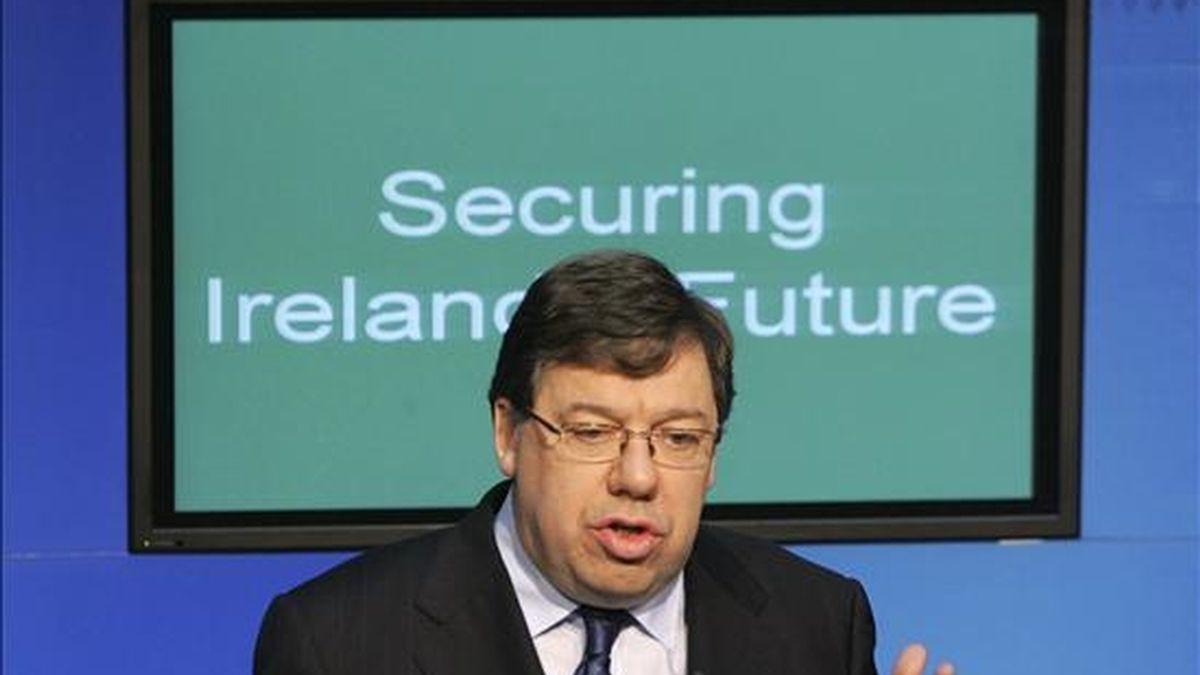 """El primer ministro irlandés Brian Cowen se dirige a los medios de comunicación durante la rueda de prensa que ha tenido lugar en la sede del gobierno, en Dublín, Irlanda, hoy miércoles 24 de noviembre de 2010. El Gobierno irlandés presentó hoy el """"Plan de Recuperación Nacional"""" para los próximos cuatro años, que prevé recortes de 3.000 millones de euros en las prestaciones sociales, el ahorro de 1.200 millones a través de la eliminación de 24.750 puestos de funcionarios y una subida generalizada de los impuestos. EFE"""