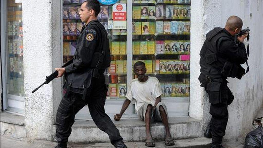Policías del Batallón de Operaciones Especiales (BOPE) de Río de Janeiro participan este viernes en un operativo en la favela de Vila Cruzeiro, en esta ciudad brasileña. EFE