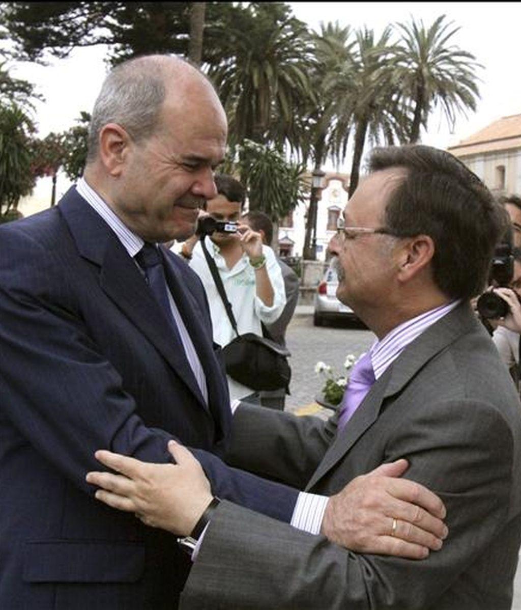 El presidente de la Ciudad Autónoma de Ceuta, Juan Jesús Vivas (d), saluda al ministro de Política Territorial y vicepresidente tercero del Gobierno, Manuel Chaves, durante la reunión que han mantenido hoy. EFE