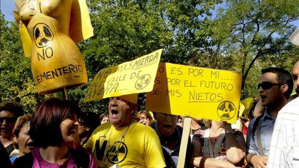 Miembros de la Plataforma Contra el Cementerio Nuclear de Zarra, durante la concentración que realizaron hoy ante la sede del Ministerio de Industria en Madrid para rechazar la posible instalación del almacén temporal centralizado de residuos nucleares en esa localidad valenciana. EFE