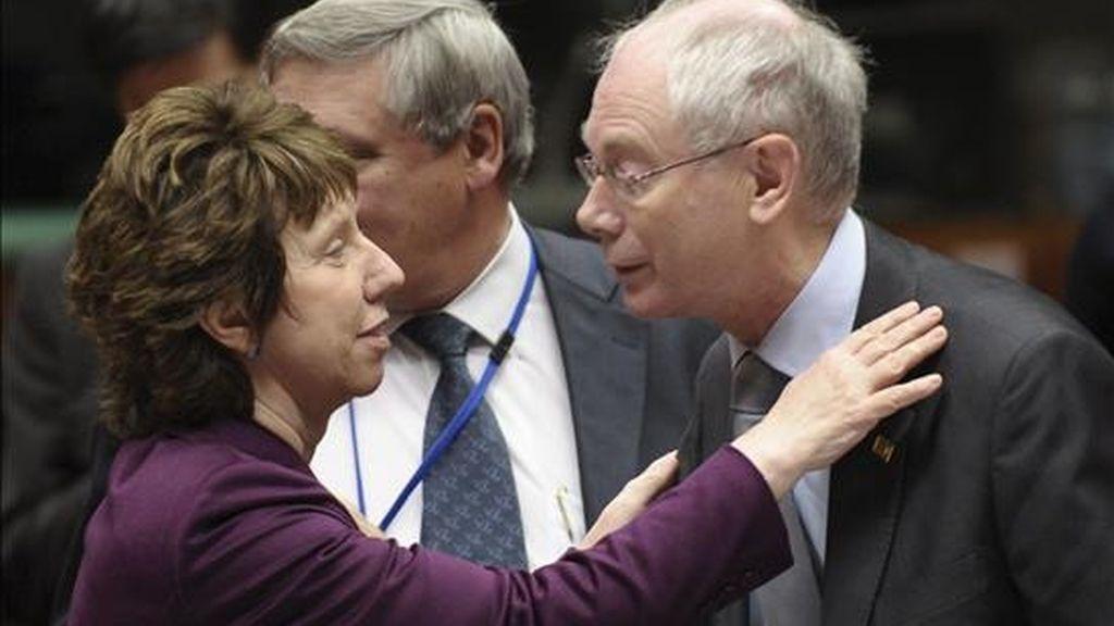 El presidente del Consejo Europeo, Herman Van Rompuy (d), saluda a la jefa de la diplomacia comunitaria, Catherine Ashton, en una cumbre comunitaria. EFE/Archivo