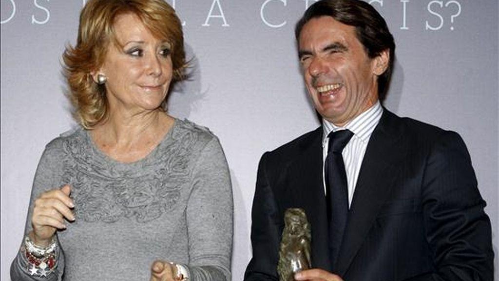 El ex presidente del Gobierno José María Aznar, acompañado por la presidenta de la Comunidad de Madrid, Esperanza Aguirre, tras recibir su galardón durante el acto de entrega de los premios 2010 del Foro Europeo Educación y Libertad, esta tarde en Madrid. EFE