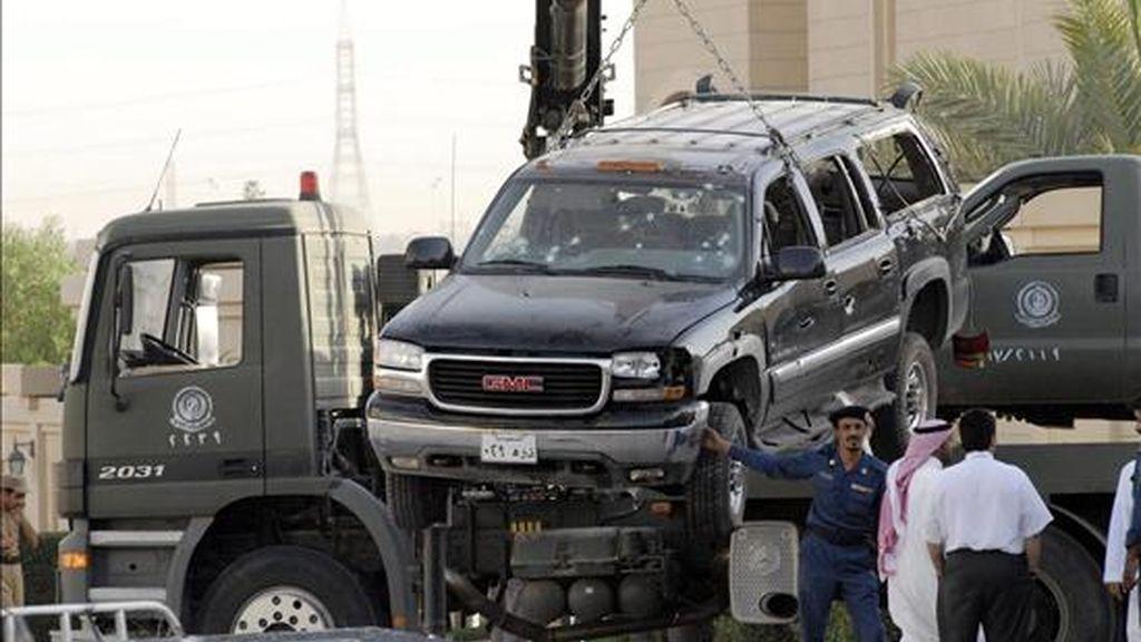 La policía retira unos vehículos que resultaron dañados depues de un encuentro con supuestos militantes relacionados con Al Qaeda, al norte de Riad, en 2006. EFE/Archivo