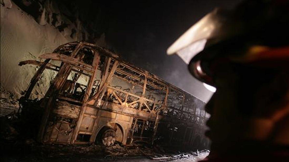 Fotografía cedida en la que se observa el lugar en el que chocaron dos camiones y un bus de pasajeros en una carretera al norte de Lima (Perú). EFE