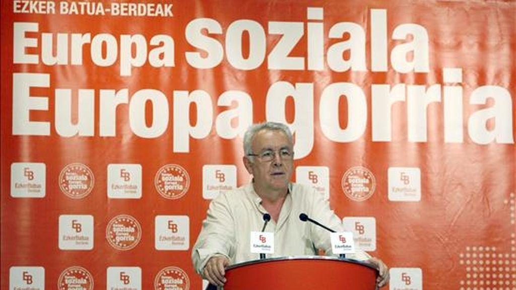 El coordinador general de IU, Cayo Lara, durante su intervención en un acto electoral celebrado esta tarde en Bilbao de cara a los comicios del próximo 7 de junio. EFE