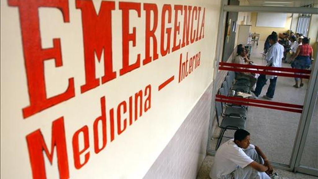 El doctor Fredy Chipa, médico de la Unidad de Cuidados Intensivos de la Clínica San José, también de Cuzco, afirmó que tanto Sergio Serra, como María Dolores Sánchez, han sido estabilizados tras pasar toda la noche en su unidad. EFE/Archivo