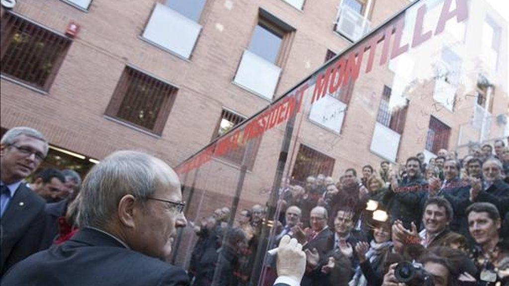 El presidente de la Generalitat y candidato a la reelección por los socialistas catalanes (PSC), José Montilla, estampa su firma en una valla de campaña durante la visita que realizó esta mañana al barrio barcelonés del Bon Pastor con alcaldes de municipios socialistas. EFE