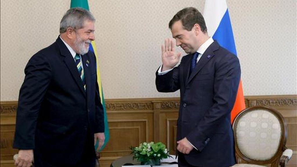 El presidente ruso Dmitry Medvedev, (d), y el presidente brasileño Luiz Inácio Lula da Silva, (i), durante un encuentro en Yekaterinburgo, Rusia, ayer 16 de junio. Lula ha viajado hoy a Kazajistán. EFE