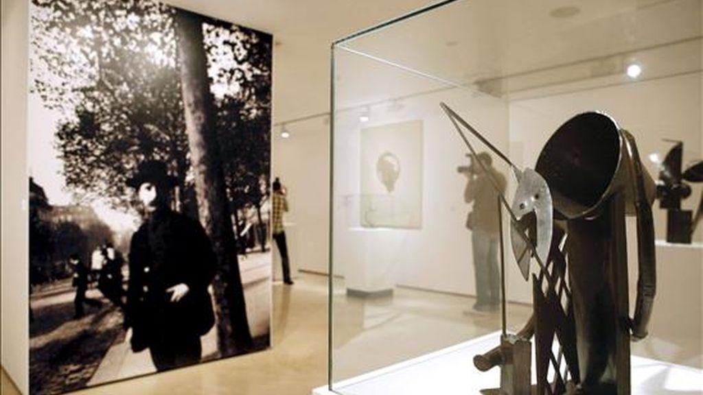 """Un fotógrafo recoge imágenes de una de las obras de Julio González, amigo de Pablo Picasso e incluida en la muestra organizada en Málaga por la Fundación Picasso """"Julio González: Los límites del metal"""", que incluye 52 piezas del artista catalán. EFE"""