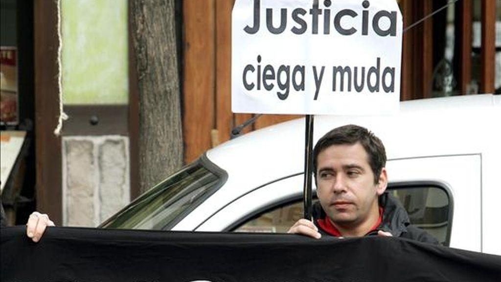 Javier Couso, hermano de José Couso, el cámara de Telecinco muerto el 8 de abril de 2003 en Bagdad, durante una concentración. EFE/Archivo