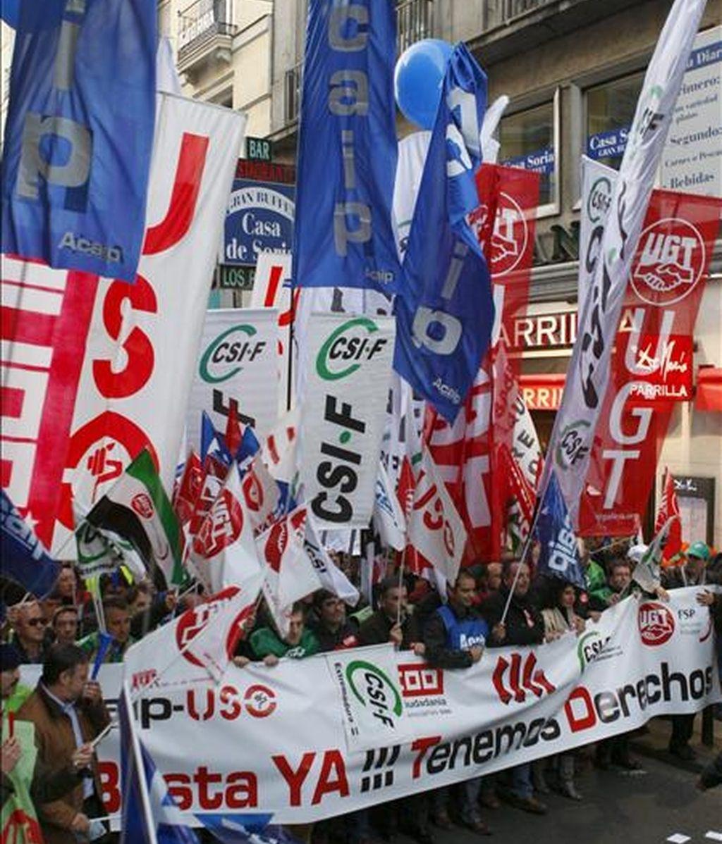 """Funcionarios de prisiones durante la manifestación que han protagonizado esta tarde en Madrid, convocados por los sindicatos ACAIP-USO, CCOO, CIG, CSIF y UGT, para denunciar el """"deterioro"""" de sus condiciones de trabajo y exigir mejoras laborales. EFE"""