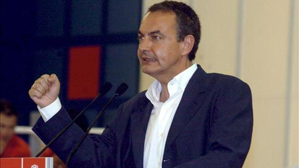 El presidente del Gobierno y líder del PSOE, José Luis Rodríguez Zapatero, durante el mitin celebrado hoy en Badajoz. EFE