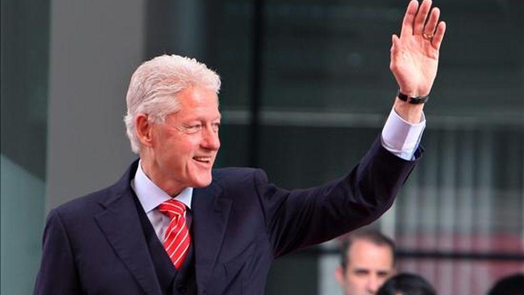 El ex presidente estadounidense Bill Clinton saluda a un grupo de estudiantes el pasado domingo 14 de noviembre, durante una visita a la Universidad de Comercio Exterior en Hanoi (Vietnam). EFE/Archivo