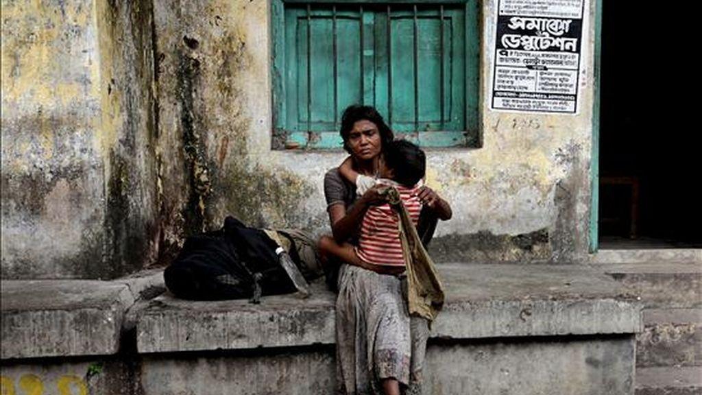 Una mujer y su hijo esperan para recoger una ración de comida durante el Día Internacional de los Derechos Humanos, en Calcuta (India), hoy, 10 de diciembre de 2010. EFE