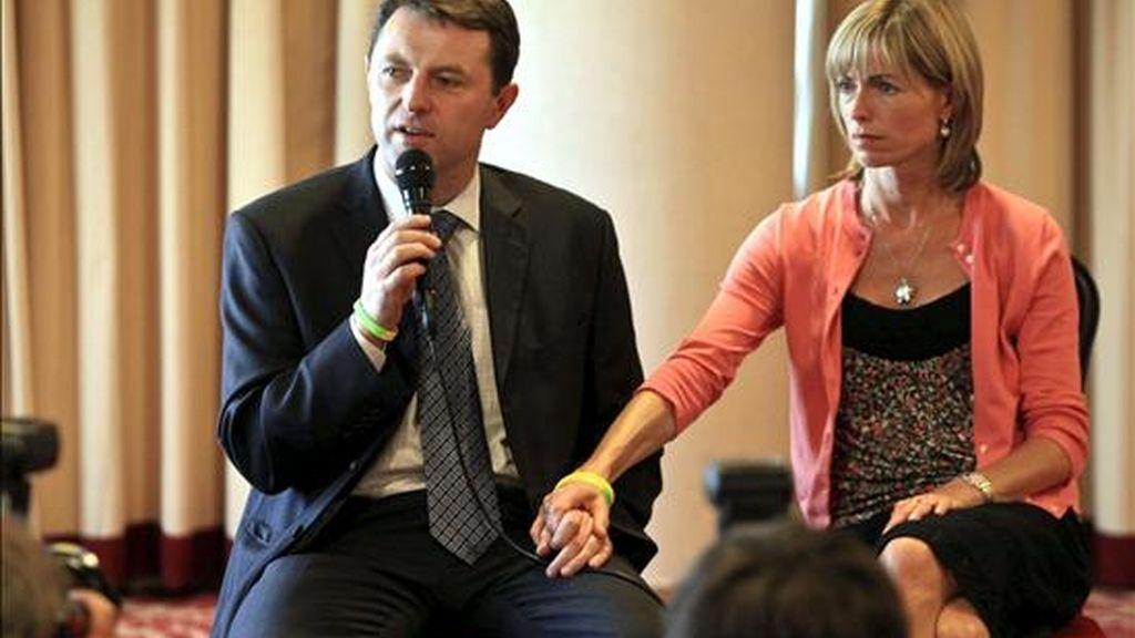 Fotografía de archivo tomada el 23 de septiembre de 2009 que muestra a Gerry (i) y Kate McCann, padres de la niña desaparecida Madeleine McCann, durante una rueda de prensa en Lisboa (Portugal). EFE/Archivo