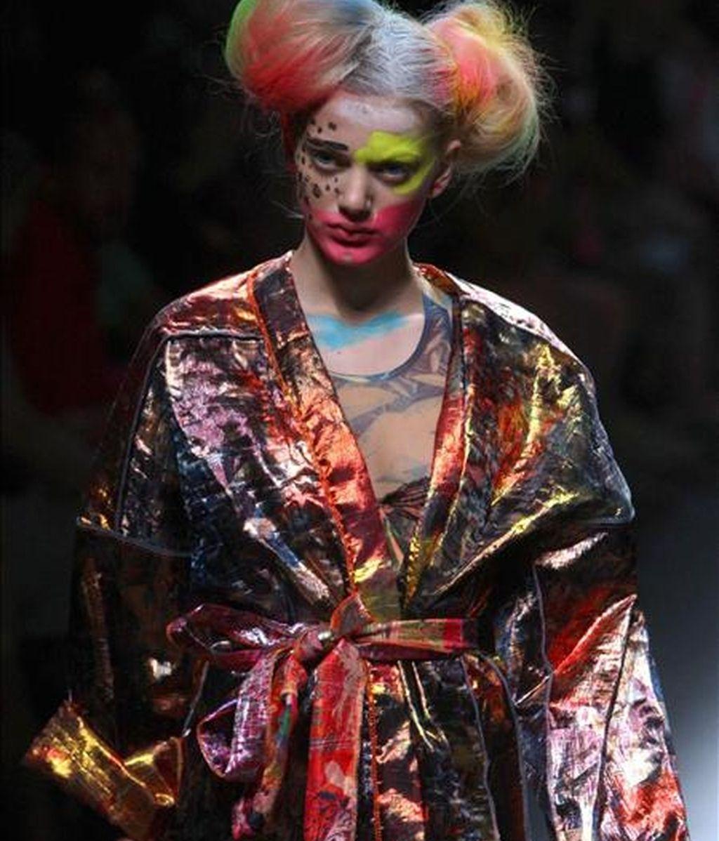 Una modelo luce una de las creaciones del diseñador Alexis Reyna durante su desfile en la sexta edición del 080 Barcelona Fashion. EFE