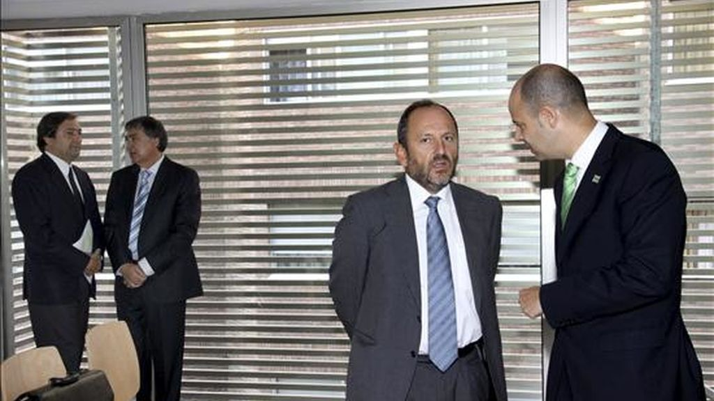 Juan Miguel Martíez Gabaldón (2i), junto a su abogado, y Félix Gullón (d), junto al suyo. EFE/Archivo