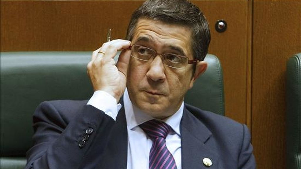 El lehendakari, Patxi López, durante el pleno de control del Gobierno que celebra hoy el Parlamento Vasco. EFE
