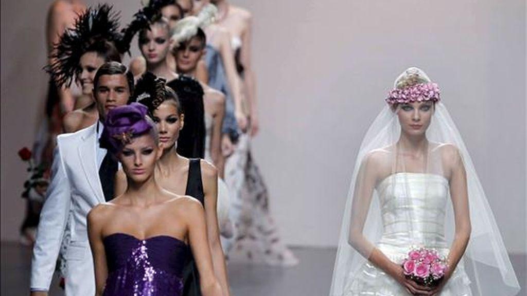 Varias modelos lucen las creaciones del diseñador Elio Berhanyer durante la presentación de su colección primavera/verano 2011, en la última jornada de Cibeles Madrid Fashion Week que se celebra en la capital. EFE