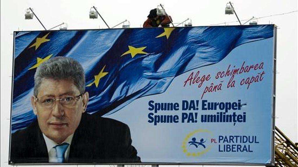Un trabajador instala un cartel electoral del Partido Liberal de Moldavia, en el que aparece una fotografía del líder de la formación y actual presidente moldavo, Mihai Ghimpu, en el centro de Chisinau, Moldovia, el pasado martes 23 de noviembre. EFE/Archivo