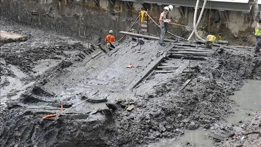 """Imagen cedida por la Autoridad Portuaria NJ-NY del sitio donde se han descubierto los restos de un barco durante las obras de construcción de la """"zona cero"""" en el sur de Manhattan, Nueva York (EEUU). EFE"""
