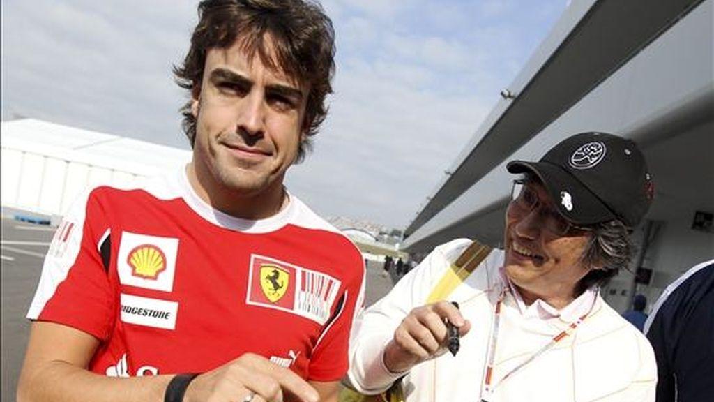 El corredor español del equipo Ferrari, Fernando Alonso, llega al circuito de Suzuka (Japón). EFE