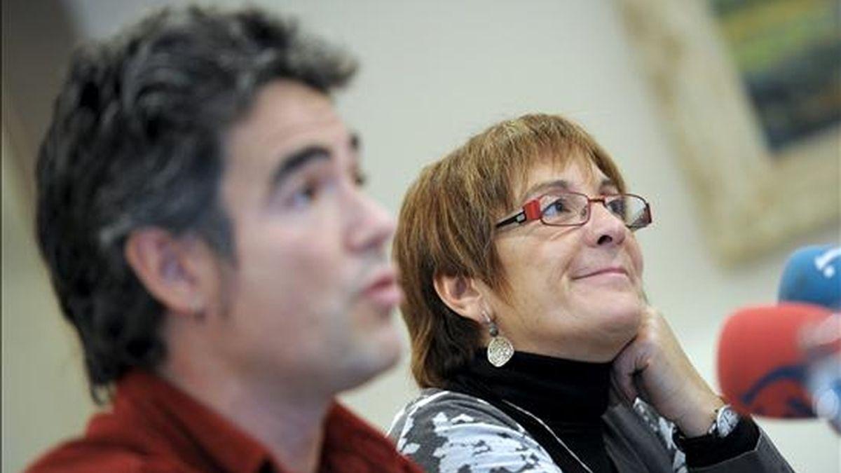 El portavoz de la izquierda abertzale Santi Kiroga y la concejal de la ilegalizada ANV en Pamplona, Mariné Pueyo, durante la conferencia de prensa que han ofrecido hoy en Pamplona. EFE