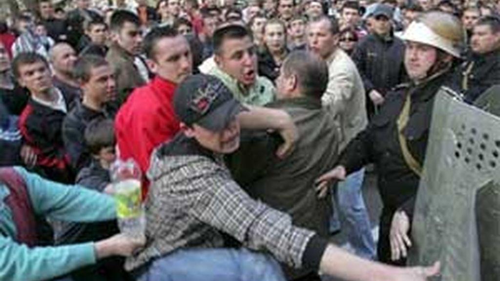 Un grupo de manifestantes se enfrenta a la policía antidisturbios durante una protesta en las cercanías del edificio de gobierno de Chisinau, en Moldavia, el 08 de abril de 2009. FOTO: EFE