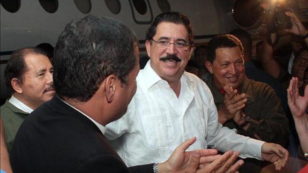 El presidente de Honduras, Manuel Zelaya, destituido por el Parlamento y enviado a la fuerza por los militares hondureños a Costa Rica, llega al Aeropuerto Internacional de Managua. Zelaya ha sido recibido en la capital nicaragüense con aplausos, vivas y abrazos por los presidentes Hugo Chávez, de Venezuela; Rafael Correa, de Ecuador y el anfitrión de Nicaragua, Daniel Ortega. EFE