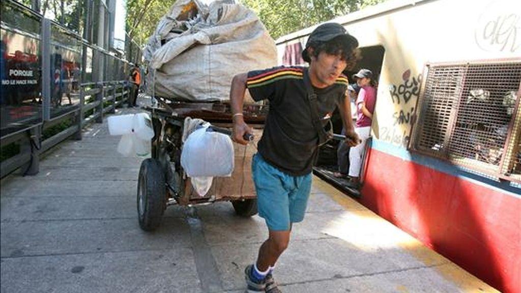 Entre estas personas hay unos 3.000 menores de 16 años y 7.000 adultos con una edad promedio de 42 años que viven en la calle o que pasan la mayor parte de su vida en ella. EFE/Archivo