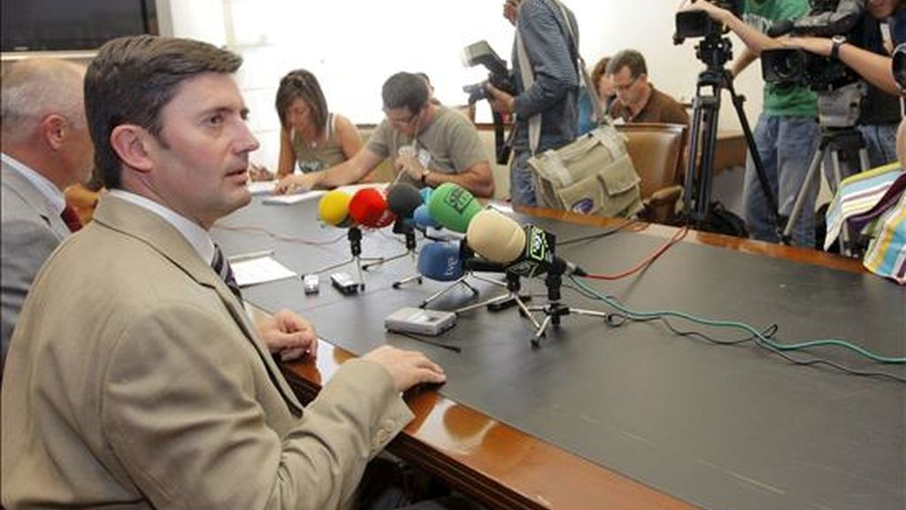 El conselleiro de Medio Rural, Samuel Juárez (izq), al comienzo de la rueda de prensa que ofreció esta mañana en San Caetano. EFE