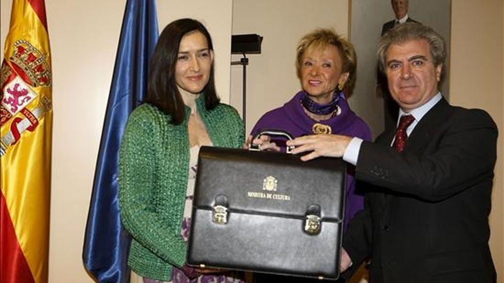 La nueva ministra de Cultura, Ángeles González-Sinde, recibe la cartera de manos de su antecesor en el cargo, César Antonio Molina. Vídeo: ATLAS.