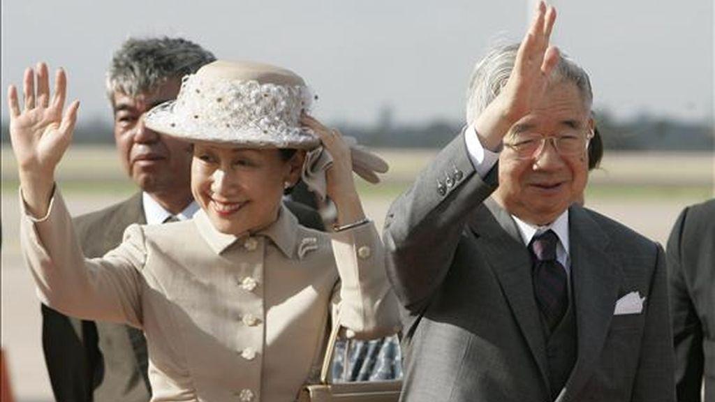 Imagen de este lunes del príncipe japonés Masahito Hitachi (d) y su esposa, la princesa Hanako Hitachi, a su llegada al aeropuerto de Viru Viru en Santa Cruz (Bolivia), para una visita oficial al país andino. EFE