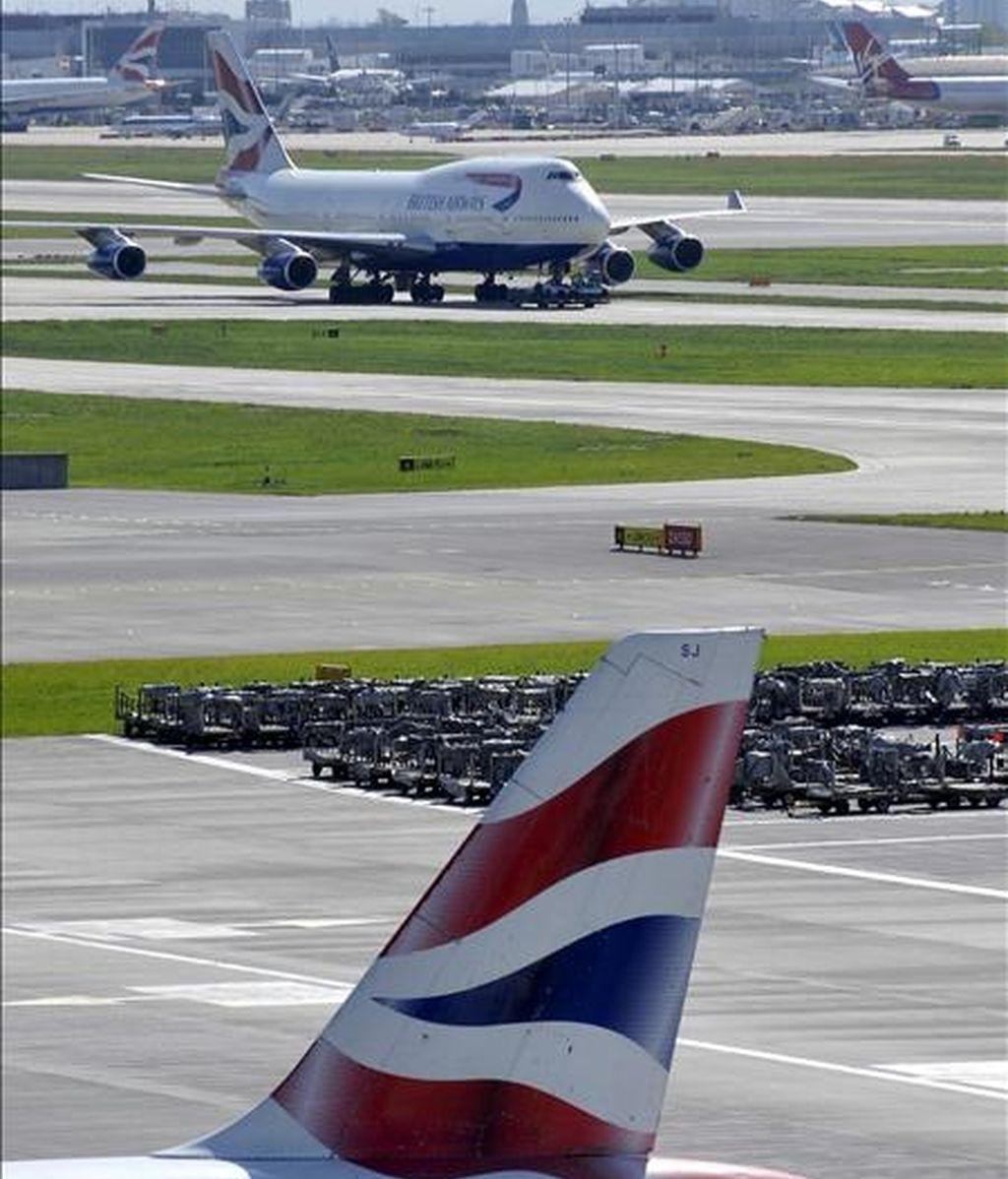 Un avión de la aerolínea British Airways aterriza en el aeropuerto de Heathrow, en Londres, Reino Unido. EFE/Archivo