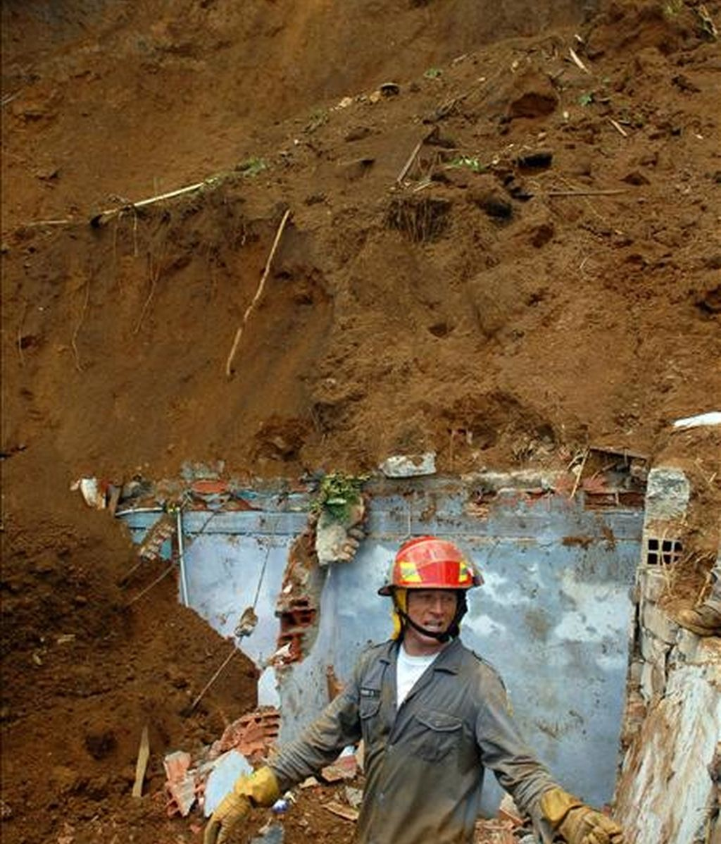Un bombero participa en el rescate de varios desaparecidos por un deslizamiento de tierras en Medellín (Colombia). EFE/Archivo