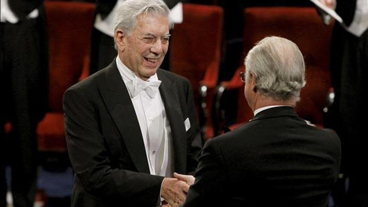 El escritor hispano-peruano Mario Vargas Llosa (i) recoge la medalla y el diploma que le reconocen premio Nobel de Literatura, de manos del rey Carlos Gustavo de Suecia (d) durante la ceremonia de entrega de los galardones celebrada en la Sala de Conciertos de Estocolmo. EFE