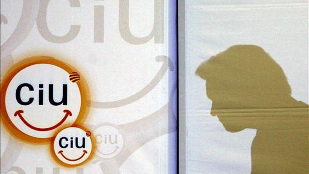 La silueta del candidato de Convergencia i Unió a la presidencia de la Generalitat, Artur Mas, reflejada en un panel durante su intervención en un almuerzo con más de medio millar de jóvenes emprendedores en el Palacio de Congresos de Cataluña. EFE