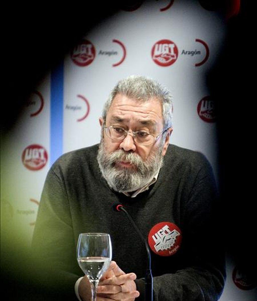 """El secretario general de UGT, Cándido Méndez, durante la rueda de prensa que ha ofrecido hoy antes de participar en una asamblea de delegados sindicales para explicar el plan de acción de la campaña """"La movilización continúa"""", contra las políticas económicas del Gobierno. EFE"""